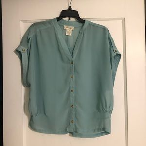 Short-sleeve mint blouse with gold buttons